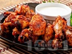 Вкусни печени пилешки крилца глазирани с мед, чесън, кетчуп и сос от нар в алуминиево фолио на фурна - снимка на рецептата